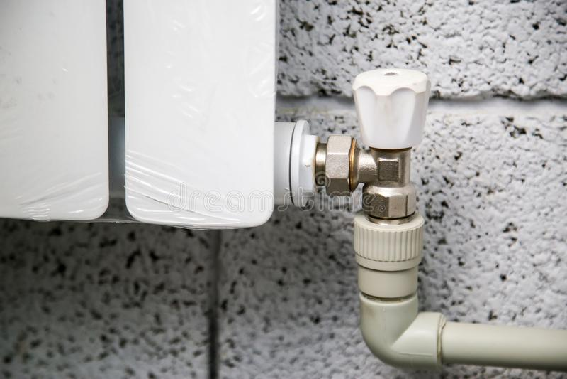 Закройте вверх манометра, трубы, измерителя прокачки, водяных помп и клапанов системы отопления в котельной стоковое фото