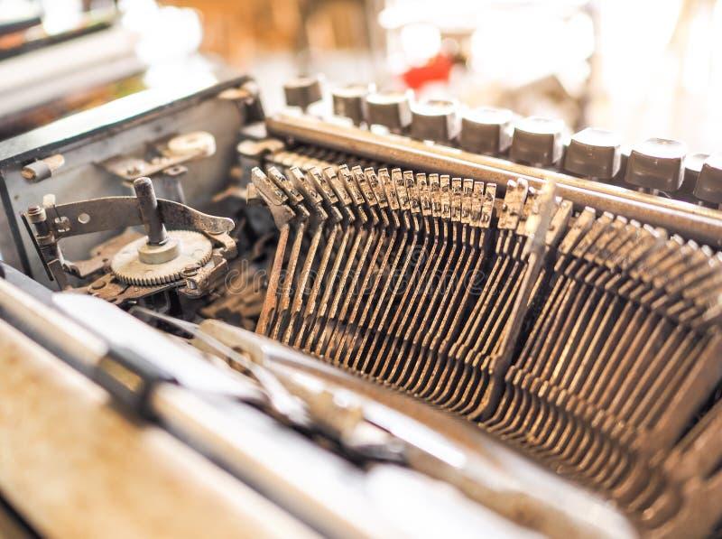 Закройте вверх машины старого тайского алфавита typewriting стоковая фотография