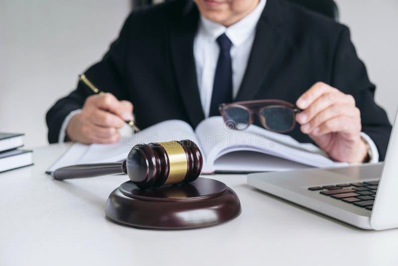 Закройте вверх молотка, мужского юриста или судьи работая с книгами по праву, стоковые фотографии rf