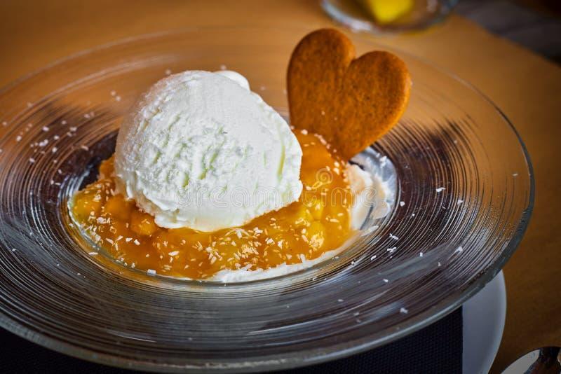 Закройте вверх мороженого с вареньем в ресторане стоковое фото rf