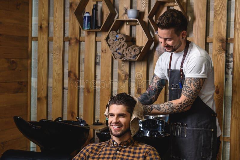 Закройте вверх молодого клиента с влажными волосами стоковое изображение rf