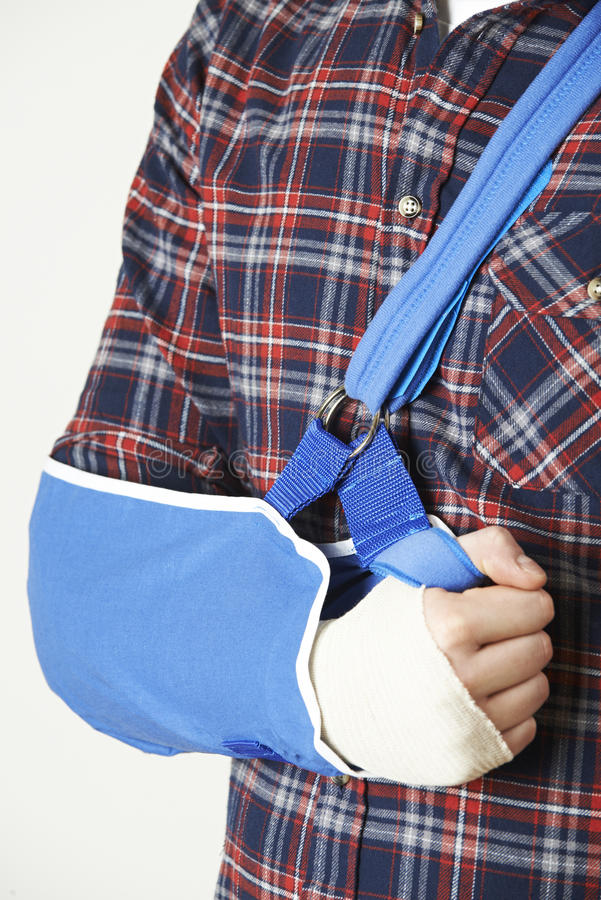 Закройте вверх молодого человека с рукой в слинге стоковая фотография rf