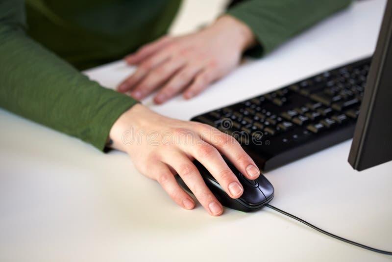 Закройте вверх мужских рук держа мышь компьютера стоковые фотографии rf