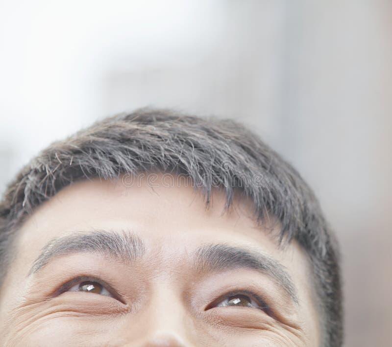 Закройте вверх мужчины смотря вверх и усмехаясь в Пекине стоковое изображение rf