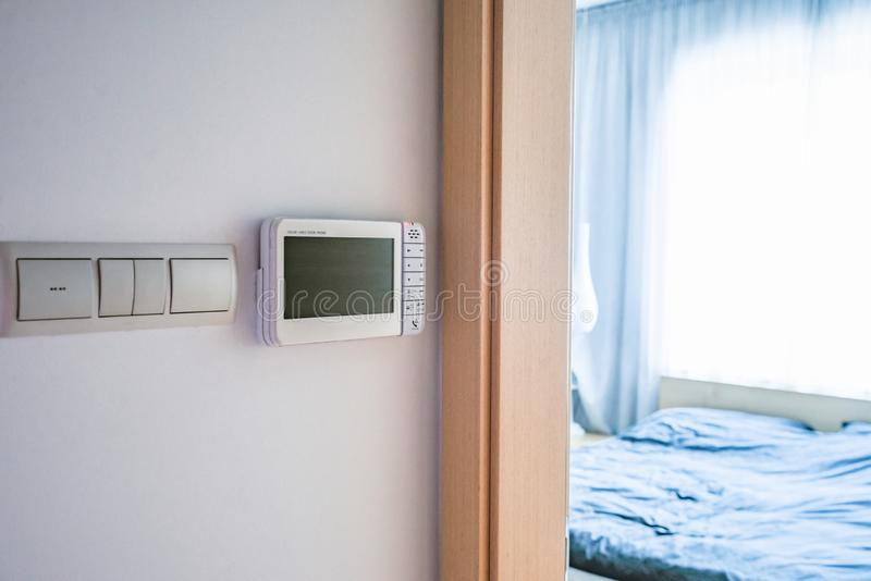 Закройте вверх на внутренной связи в доме около спальни стоковые изображения rf