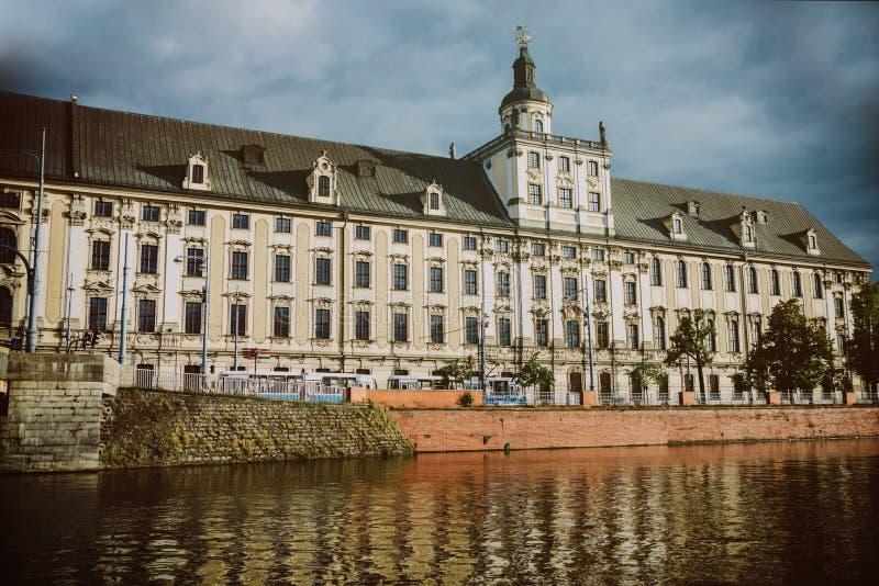 Закройте вверх на здании университета в Wroclaw, взгляде от реки стоковое изображение