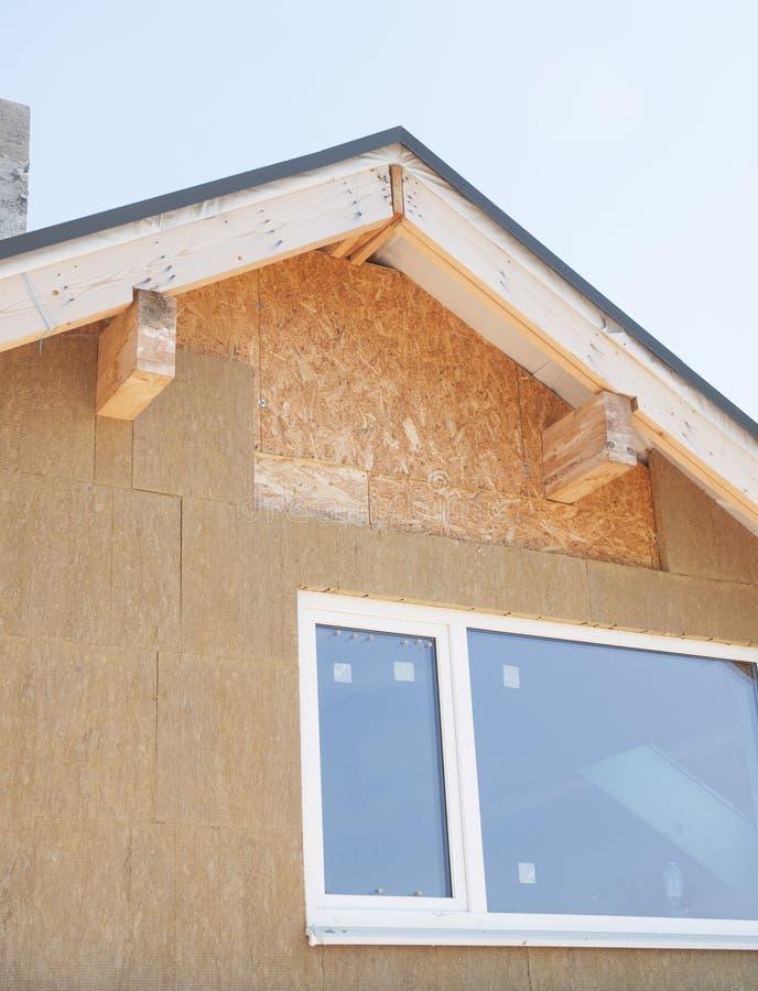 Закройте вверх на изоляции чердака Изоляция здания, добавленная к зданиям для комфорта и выхода по энергии стоковые фотографии rf