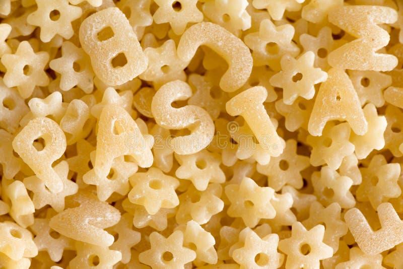 Закройте вверх на макаронных изделиях алфавита говоря макаронные изделия по буквам слова стоковые изображения