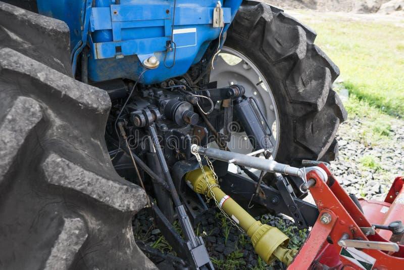 Закройте вверх на механизме трактора и трейлера связи между малых мини голубых стоковое фото rf