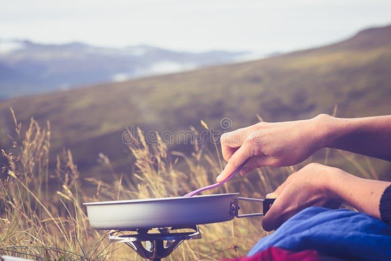 Download Закройте вверх на руках варя на портативной плите в одичалом Стоковое Фото - изображение насчитывающей отдых, одичало: 33739318