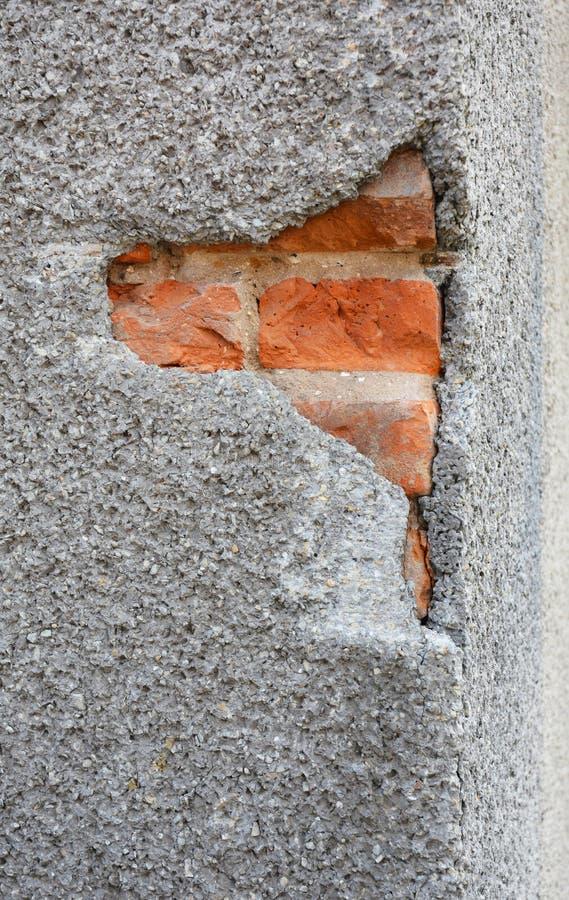 Закройте вверх на стене Cracked Отладка, отказы стены фасада дома ремонта Трескать в бетонной стене фасада дома внешней стоковые фото