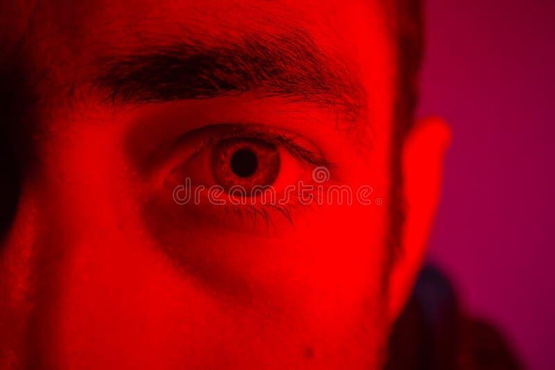 Закройте вверх на стороне человека с загадочным выражением лица стоковые изображения