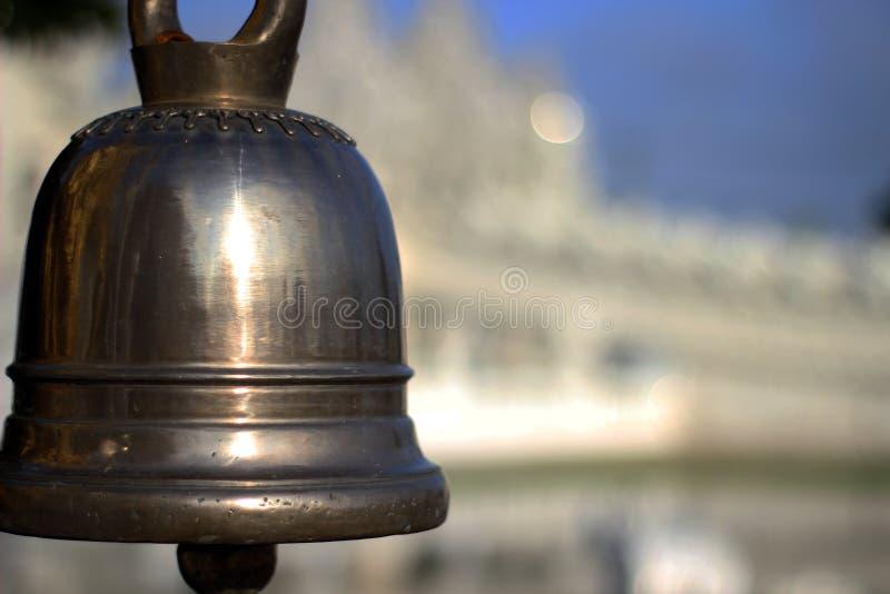 Закройте вверх на тайском традиционном колоколе металла на виске стоковые изображения rf