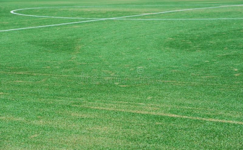 Закройте вверх на футбольном поле с искусственной травой и белыми нашивками стоковые фото
