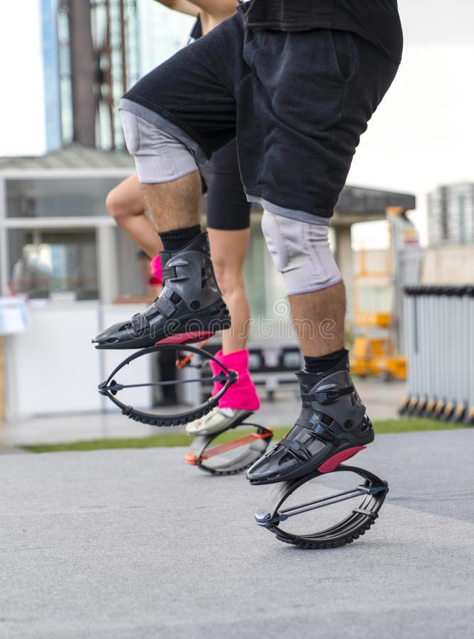 Закройте вверх ног людей в ботинках kangoo скача Тренировка в снаружи стоковые изображения rf