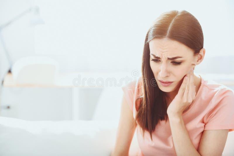 Закройте вверх довольно разочарованной женщины которая имеющ toothache стоковые изображения rf