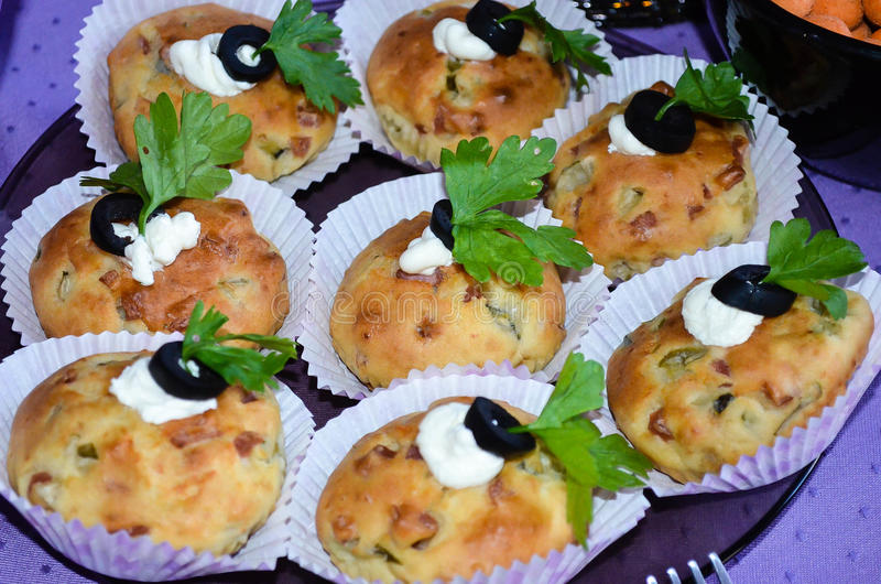 Закройте вверх домашних сделанных булочек сыра с травами и оливками стоковые фото