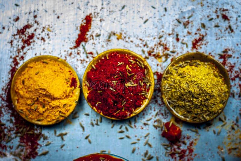 Закройте вверх 3 основного, основы и существенных компонентов или специй индийской/азиатской еды на серебряной деревянной поверхн стоковые фото