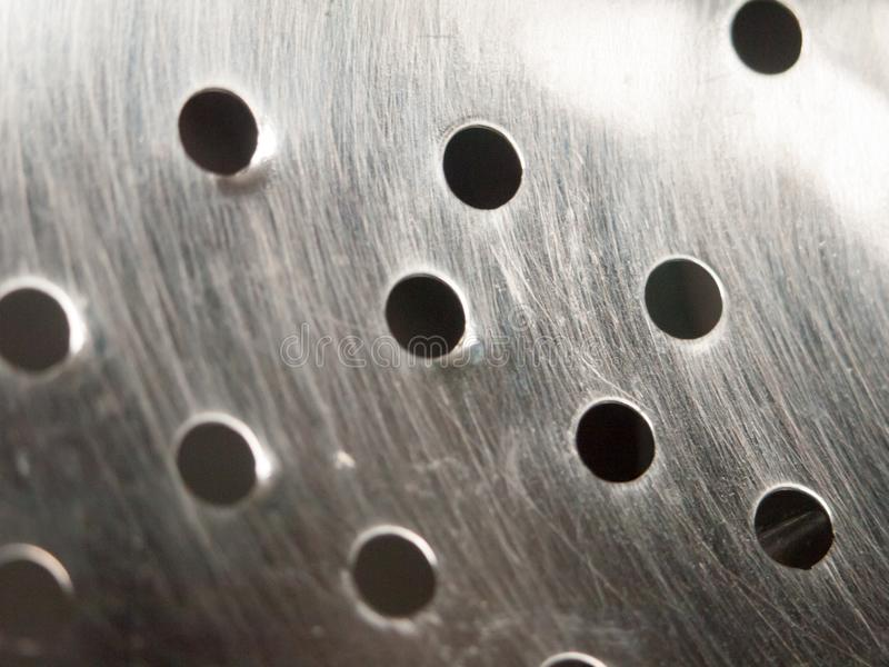 Закройте вверх отверстий в дуршлаге сетки металла стоковые изображения