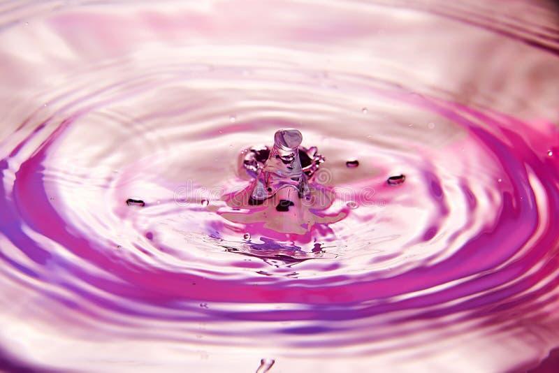 закройте вверх падения в воде делая различной брызгает стоковое фото
