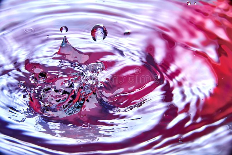 закройте вверх падения в воде делая различной брызгает стоковая фотография