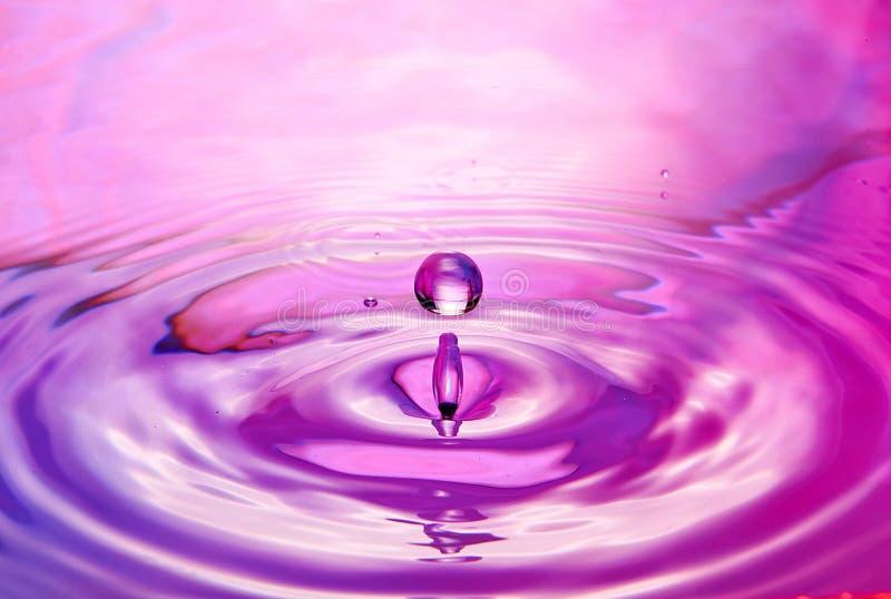 закройте вверх падения в воде делая различной брызгает стоковое изображение