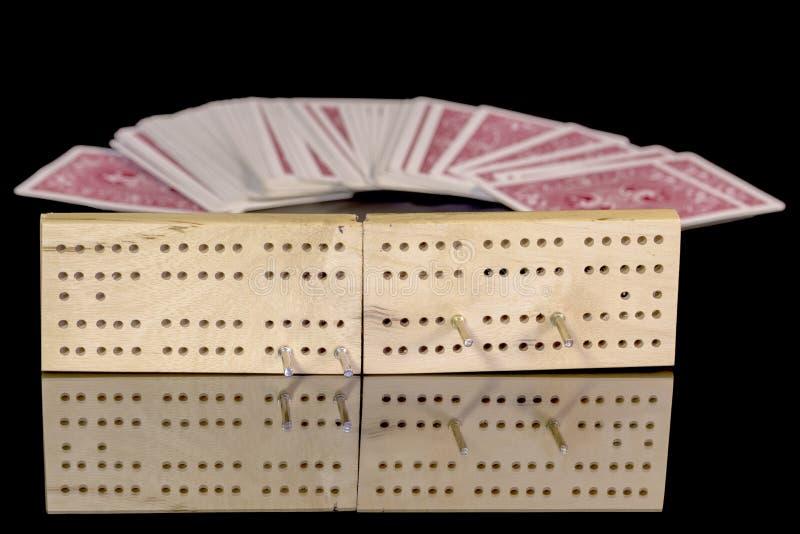 Закройте вверх палубы доски Cribbage с карточками стоковые фото