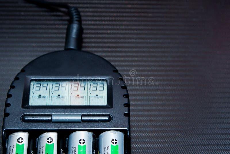 Закройте вверх перезаряжаемые литьего-ионного аккумулятора с заряжателем стоковое изображение