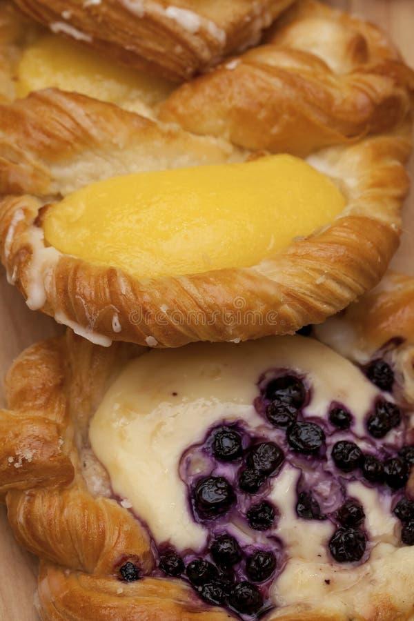 Закройте вверх печенья слойки сыра датского с ежевиками и ванильным заварным кремом стоковые изображения
