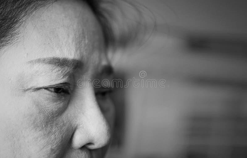 Закройте вверх пожилой женщины смотря потревоженный стоковая фотография rf