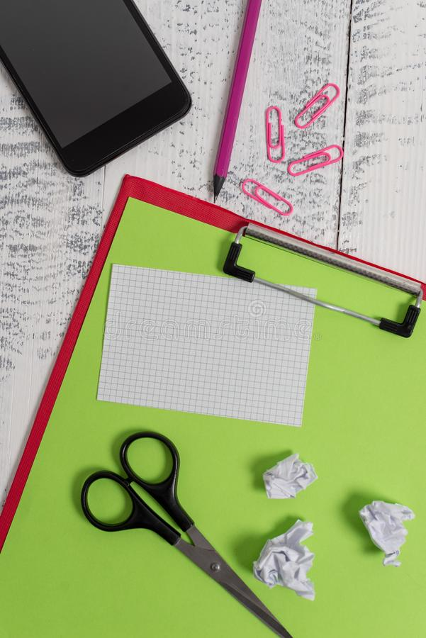 Закройте вверх - покрашенное видом спереди примечание листа чистого листа бумаги доски сзажимом для бумаги липкое закрепляет смар стоковые изображения