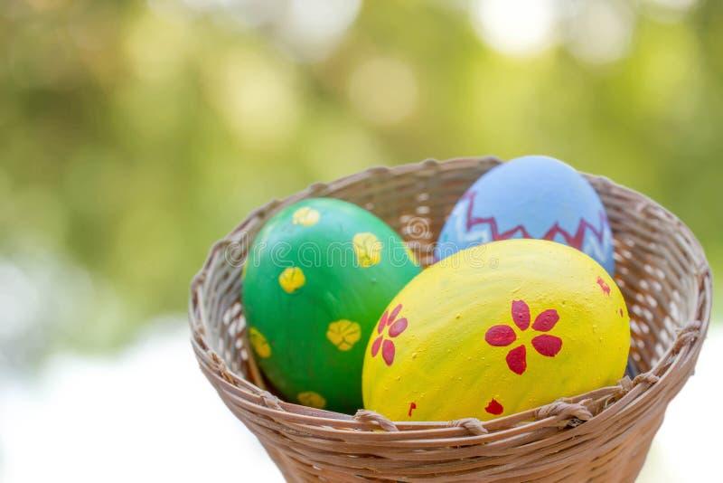 Закройте вверх покрашенных пасхальных яя в корзине стоковая фотография