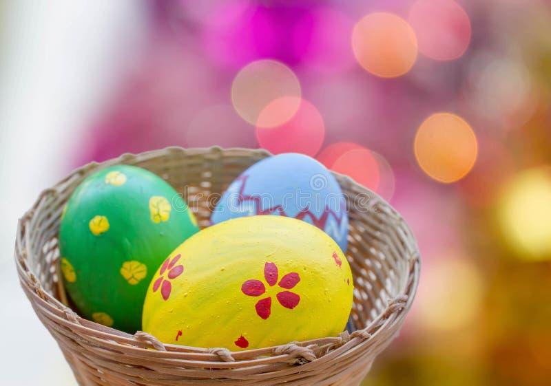 Закройте вверх покрашенных пасхальных яя в корзине стоковые изображения rf
