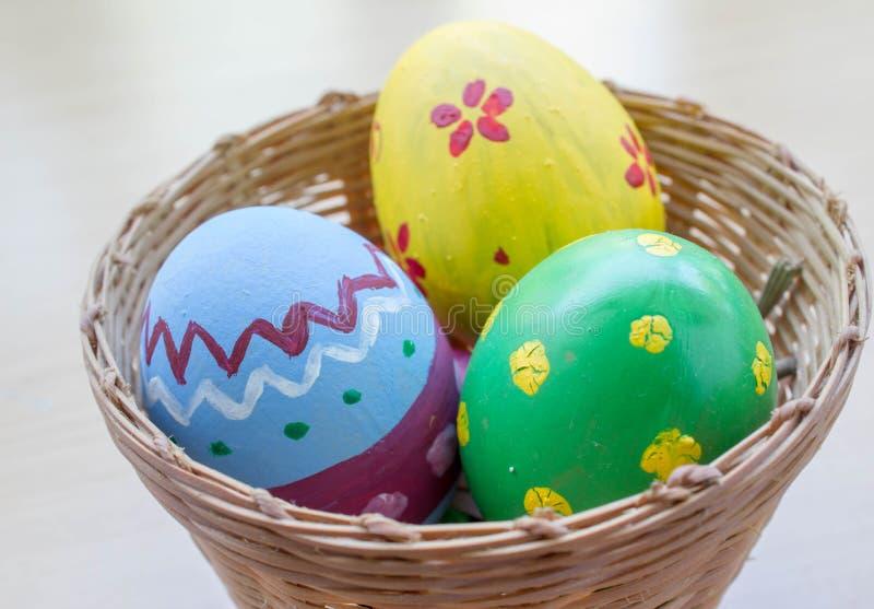 Закройте вверх покрашенных пасхальных яя стоковые изображения