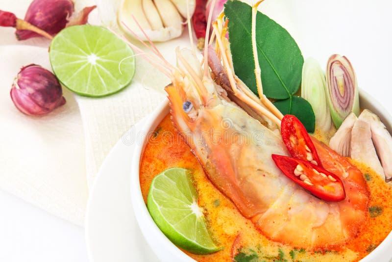 Закройте вверх по азиатскому пряному супу с креветкой в белом шаре, известном Tha стоковые изображения