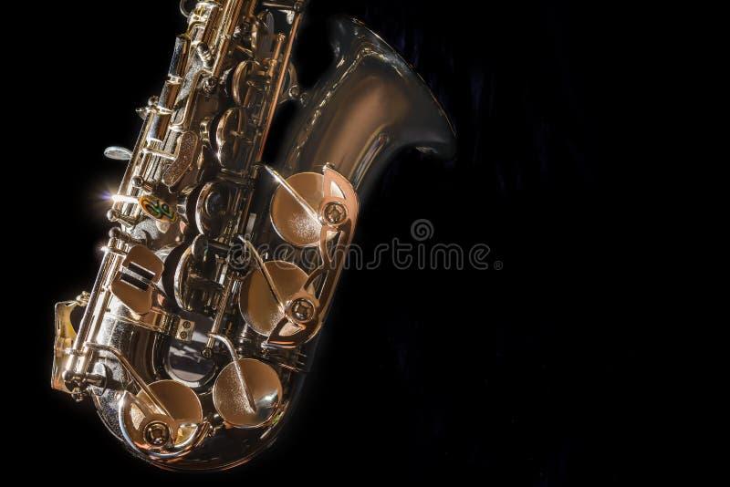 Закройте вверх по аппаратуре джаза саксофона, саксофону альта на черной предпосылке стоковое изображение