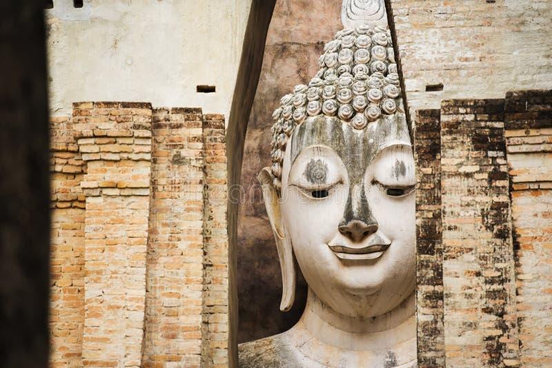 Закройте вверх по большой статуе Будды на парке Sukhothai историческом Висок Srichum, Таиланд стоковые фотографии rf