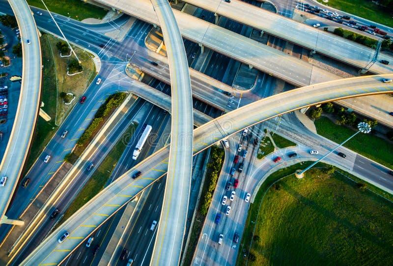 Закройте вверх по взаимообмену, петлям, и шоссе межгосударственные 35 и транспорту Остина Техаса платной дороги 45 стоковое фото rf