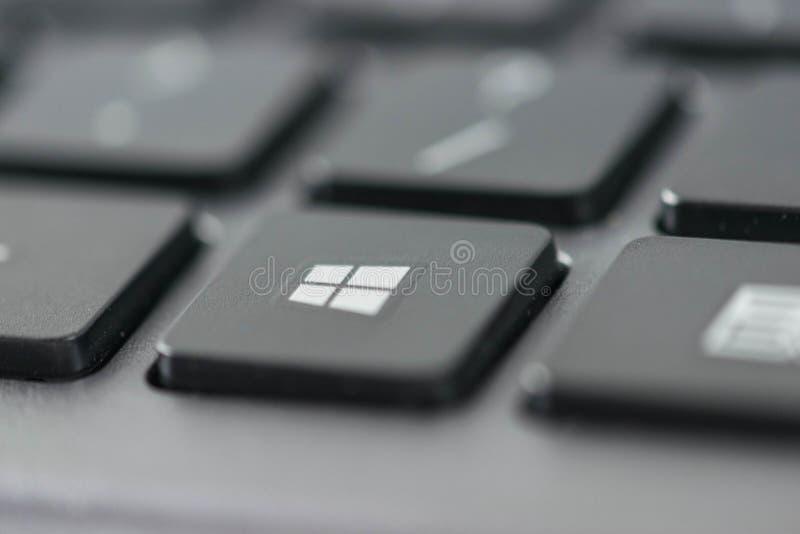 Закройте вверх по взгляду значка окон на клавишах на клавиатуре компьютера стоковые фотографии rf