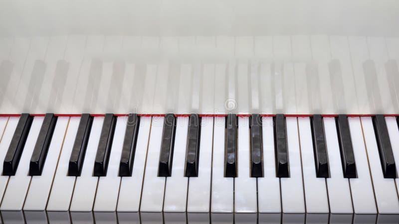 Закройте вверх по взгляду клавиатуры белизны рояля стоковое изображение