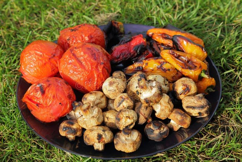 Закройте вверх по взгляду красочных зажаренных овощей на плите стоковая фотография rf