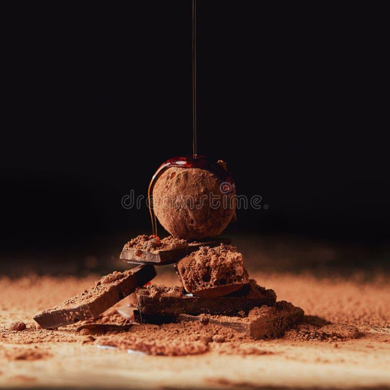 Закройте вверх по взгляду лить карамельки на кучу сделанную трюфеля и шоколадных батончиков стоковые изображения rf