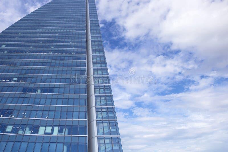 Закройте вверх по взгляду на современных красивых небоскребах стоковое изображение rf
