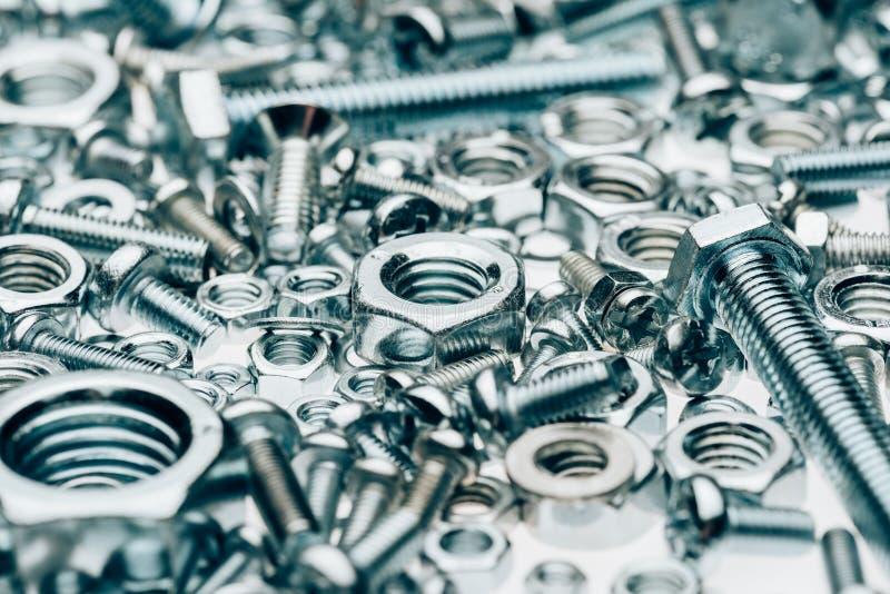 закройте вверх по взгляду ногтей и capscrews металла обрамляя стоковые фотографии rf