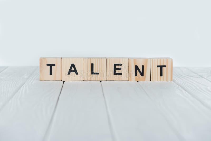закройте вверх по взгляду слова таланта сделанному из деревянных кубов на белизне стоковые изображения