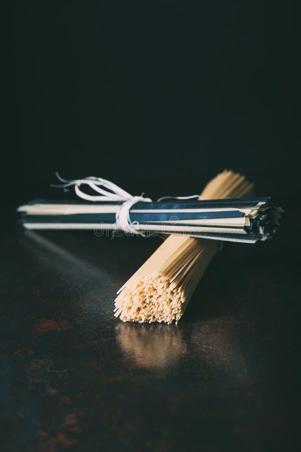 закройте вверх по взгляду сырцовых спагетти и linguine обернутых лентами стоковые фото