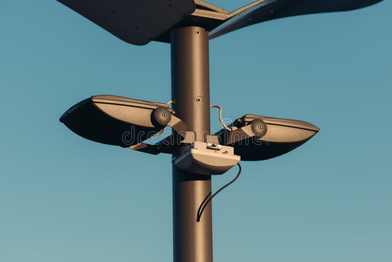 закройте вверх по взгляду уличных светов на поляке с голубым небом стоковые изображения rf