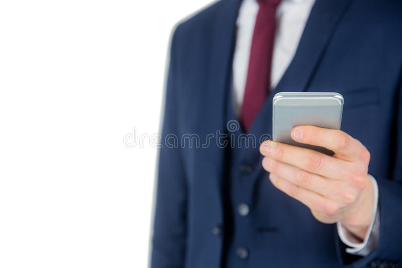 Закройте вверх по взгляду бизнесмена держа smartphone стоковая фотография