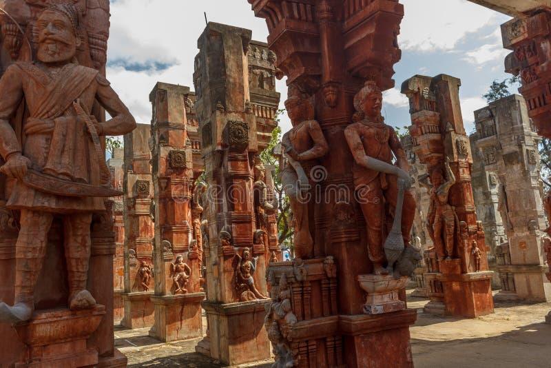 Закройте вверх по взгляду загубленных скульптур короля с шпагой, старому приветствию женщины, Ченнаи, Tamilnadu, Индии, 29-ое янв стоковые фотографии rf