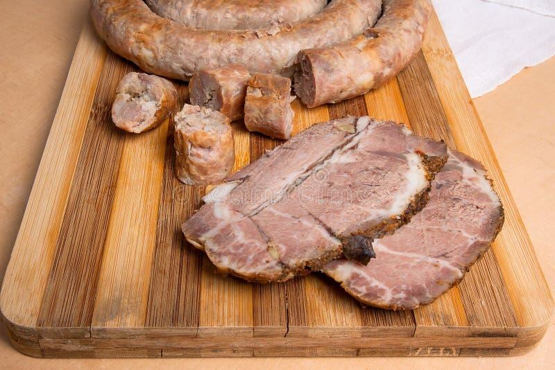 Закройте вверх по взгляду отрезанного зажаренного в духовке традиционного домодельного острословия сосиски стоковая фотография rf